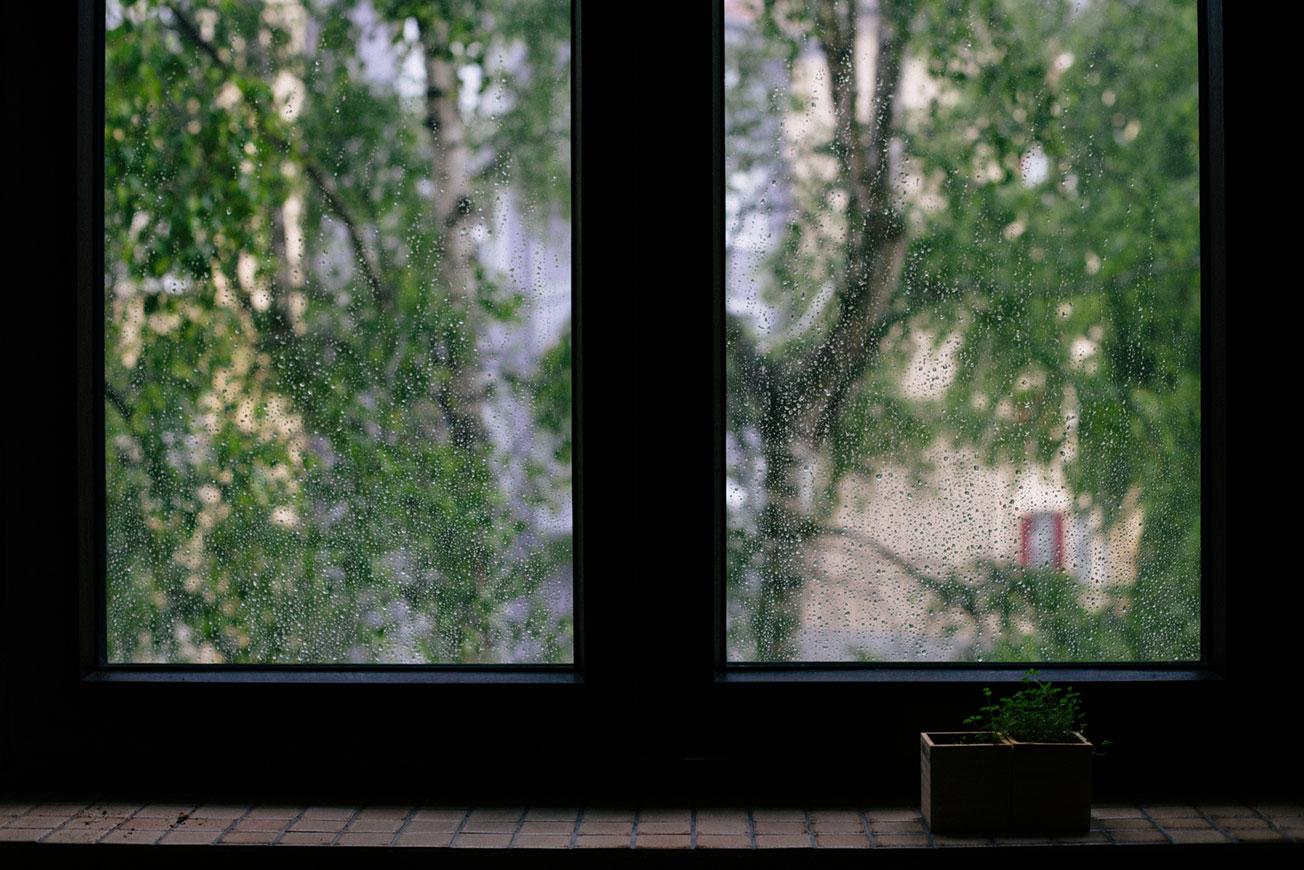 Pulire I Vetri Con Aceto consigli per ottenere vetri brillanti senza aloni e senza